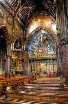 Interior da Igreja Católica Romana de Santo Giles, em Cheadle, Staffordshire, Inglaterra, Reino Unido, construída em meados do século XIX pelo arquiteto Augustus Pugin. Esta igreja é conhecida como a Gema de Pugin, e continua sendo um dos melhores exemplos da arquitetura gótica do renascimento. Fotografia: Baz Richardson no Flickr.