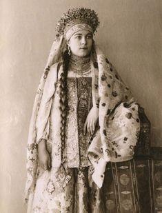 Русский костюм с кокошником.