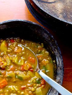 J'aime bien avoir de la soupe au frigo l'hiver. Je pense que je tiens cette habitude de mon cher papa, qui doit avoir sa soupe à tous les jours, été comme hiver! Je trouve que c'est un bon dépanneu...