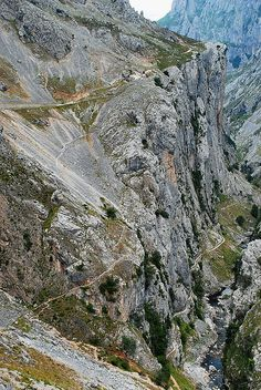 Ruta del Cares, no te la pierdas si te acercas a los Picos de Europa #Cantabria #Spain #Travel Coruna, Asturian, Asturias Spain, Santa Lucia, Pilgrimage, Nature Pictures, State Parks, City Photo, Cool Photos