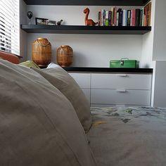 Nog een fotootje van onze slaapkamer 😴 Ik heb trouwens totaal geen zin om mijn warme bed uit te kruipen en jullie? * * * #slaapkamer #binnenkijken #showhome #myhome #instahome