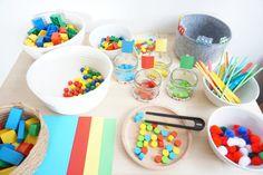 10 Materialien mit denen man spielerisch die Farben lernen kann. Feinmotorikübung. #montessori #kindergarten