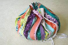 Free Tutorial: toy bag that opens into a flat circle and cinches into a small bag for easy cleanup.