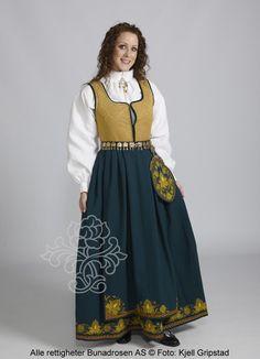Romeriksbunad L55 med sjøgrønn stakk og gyldent liv. Folk Costume, Costumes, Norway, Russia, Gull, Pictures, Dress Up Clothes, Costume, Men's Costumes
