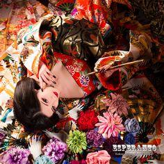 今日は20歳なのに、なぜがお色気たっぷりのAyaka様をご紹介したいと思います♡♡♡今日も私、横川が担当させて頂いた方のご紹介なのですが♪♪♪大阪の美容専門学校に行かれてるということで、色々お話をお伺いしていると・・・なんと!!!偶然にも、私も卒業したECCアーティスト専門学校の後輩ちゃんでした♥♥♥同じ学校でヘアメイクを学ぶ後輩ちゃんに秘かに気合いが入った私ちゃんなのでした(*´∀`) 今は美容部員のコースでメイクを学ばれているそうで、学校で習うメイクとは全く別物のSTUDIO ESPERANTO の花魁メイクでおもてなしさせて頂きました(笑)あまりの濃さに驚かれていましたが、濃いはずのメイクもAyaka様には、色気が増すプラス効果に✡✡✡髪型は、新花魁の方はほとんどの方が髷のヘアスタイルをご希望されるのですが、流した黒髪が似合いそうだったので、カッコイイダウンシニヨンのヘアスタイルをご提案させて頂きました☆☆☆思った通りのお似合い様に、すぐブログへのご協力をお願いしました(*^^*)…