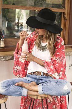 Jean hippie sans chaussure chemise hippie mode kimono rouge fleurie belle tenue hippie chic
