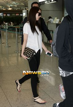 Probably Krystal Jung style is one of my favorites for Airport fashion, cause is really simple and looks so comfortable Snsd Fashion, Fashion Line, Asian Fashion, Daily Fashion, Girl Fashion, Mamamoo, Moda Kpop, Krystal Jung Fashion, Korean Airport Fashion
