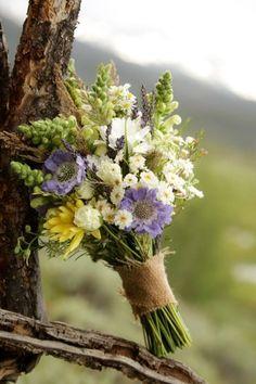 野草のような白とグリーンをベースに、淡い色合いのお花でナチュラルにまとめたブーケ。恋人に、友人に、さりげなく渡したくなるギフトです。