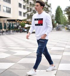 25 Outfits to Wear with White Sneakers for Men is part of Sneakers men fashion Outfits with White Sneakers for Men it& that everyone, in every corner of the world, owns at least one p - White Sneakers Outfit, White Jeans Outfit, White Shoes Men, Mode Masculine, Sneakers Mode, Sneakers Fashion, Yeezy Sneakers, Shoes Sneakers, Lacoste Sneakers