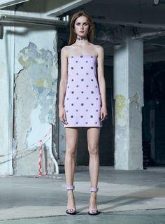 Versace propõe sensualidade menos óbvia e mais cool para o pre-fall 2016 - Vogue | Desfiles