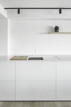 Minimalist Apartment Decor - Modern & Luxury Ideas Zeedjik Apartment by TJIP Farmhouse Style Kitchen, Kitchen Style, House Interior, White Kitchen Design, Home Remodeling, Cheap Home Decor, Interior, Minimalist Apartment Decor, Minimalist Kitchen