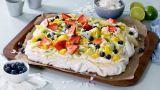 Pavlova I Langpanne Med Frukt Og Bær - Oppskrift fra TINE Kjøkken Frisk, Tin, Cheesecake, Dairy, Pavlova, Desserts, Food, Tailgate Desserts, Deserts