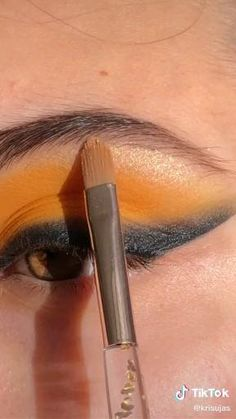 yellow and black eyeshadow tutorial Smokey Eye Makeup, Makeup For Brown Eyes, Makeup Eyeshadow, Yellow Eyeshadow, Eyeshadow Tips, Creative Eye Makeup, Colorful Eye Makeup, Yellow Eye Makeup, Black Eyeshadow Tutorial
