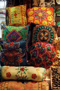 Pillows, I need more gypsy wagon Pillows. Bohemian Interior, Diy Interior, Bohemian Decor, Bohemian Style, Boho Chic, Modern Bohemian, Hippie Chic Decor, Hipster Decor, Bohemian House
