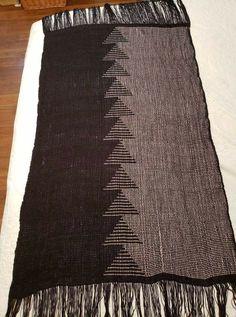 Clasped Weft Weaving Textiles, Weaving Art, Loom Weaving, Tapestry Weaving, Hand Weaving, Weaving Designs, Weaving Projects, Weaving Patterns, Peg Loom