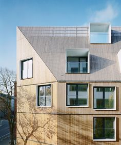 Bodenlos - asilo nido di LH Architects ad Amburgo, LH Architects Kita in Hamburg / Bodenlos - Architecture and Architects - Notizie / Annunci / Notizie - BauNetz. Wood Architecture, Residential Architecture, Contemporary Architecture, Alcacer Do Sal, Wood Facade, Mansard Roof, Arch House, Dormer Windows, Timber Cladding
