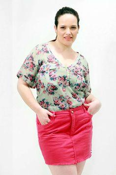 Túnica Bolso Floral Verde Túnica chiffon estampado Plus Size decote V com falsa abertura e botões bolsos com lapela e mangas curta #superofertas #plussize #modaplussize #modaplussizebrasil #mulherplussize #mulheresplussize #tamanhogrande #vickttoriavick #modaplussizebr #plussizebrasil #plussizefashion #modagg #moda #fashion #feitonobrasil #plussizes #plussizebr #gordinhasdobrasil #modafemininaplussize #somosplussize #lojaplussize #lojafeminina #mulheresreais