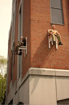 street art, performance : Seniors Appear Floating over Montréal, chorégraphe allemande Angie Hiesl