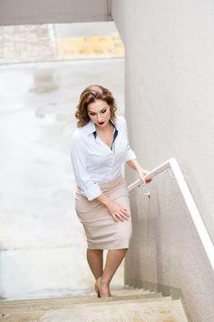 Camisa branca com detalhes azul marinho da Dudalina, saia nude Zara, sapato de salto alto nude. #GW10_30 #10peças30looks #consultoriadeimagem #imagem #moda #fashion #estilocontemporâneo #looktradicional #officelook #lookfeminno http://www.giwestphal.com