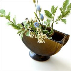 とてもモダンな陶器の花器です。花入れ口は2箇所、陶器の棒で仕切ってあり中央に丸い筒があります。花や葉など一輪でも決まります。 Decorative Bowls, Planter Pots, Plant Pots