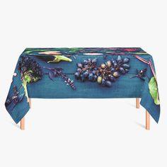 Tafelkleed Groenten en fruit | Fleur je keuken op met dit weerbestendige tafelkleed bestaande uit geweven linnen met PVC.   #tafelkleed #keukentextiel #keuken #kleed #pvc #print #opdruk #tafel #weerbestendig #groente #groenten #fruit #druiven #druif #gezond