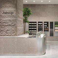 Aesop Sapporo Stellar Place, created in collaboration with CASE-REAL under the leadership of Koichi Futatsumata, employs natural, local materials to evoke Hokkaido's snow-covered urban and rural landscapes. Retail Interior, Cafe Interior, Shop Interior Design, Store Design, Pharmacy Design, Retail Design, Aesop Shop, Counter Design, Workspace Design