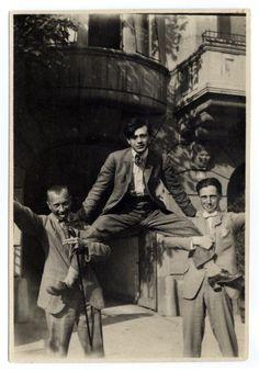 Dans la rue à Zurich. Hans ARP, Tristan TZARA et Hans RICHTER, dans les rues de Zurich en 1917.