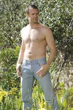 Garret Dillahunt, Burt from Raising Hope. A great sense of humor AND hot!!! What more can you ask for?