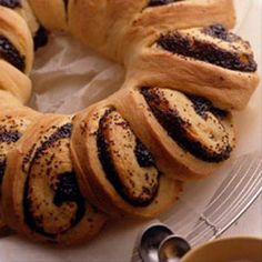 Poppyseed Coffee Rings: Perfect for breakfast, brunch or tea time. Coffee Dessert, Coffee Cake, Bakery Recipes, Cooking Recipes, Babka Cake, Portuguese Sweet Bread, Cake Land, Bread Shaping, Bread Bun