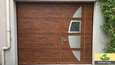 Porte de Garage Sectionnelle Plafond motorisée avec portillon panneaux aluminium avec insertions décoratives design ton bois gamme ERMITAGE Monsieur Store
