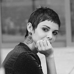 Even the most boring occasion will liven up with a short pixie cuts. Just as the… Even the most boring occasion will liven up with a short pixie cuts. Just as the cut itself looks sharper and brighter, its sharpness and brightness are Short Bangs, Short Pixie Haircuts, Pixie Hairstyles, Short Hair Cuts, Long Hair Short Sides, Undercut Pixie Haircut, Long Sides, Pixie Styles, Short Hair Styles
