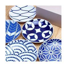 即納可能♪丁寧に梱包してお届けいたします。陶磁器で有名な有田焼のブランドKIHARAの人気 KOMON(コモン/小紋)シリーズです。豆皿、取皿、大皿、箸置きを現代的にデザインしたとても素敵なアイテムです。伝統的な和食器の技術を用いて、軽くて・丈夫で使いやすさは抜群のアイテム。白地にゴス(藍色、青)で描かれた和柄は懐かしさの中に新しさが同居する、まさにモダンなアイテムです。メーカーの専用BOX入りなので、お祝いやギフト、プレゼントに選ぶ方も多いシリーズです。【商品内容】 有田焼 KIHARA KOMON(キハラ コモン) 取皿 5枚セット / 中皿 (用途:しょうゆ皿、取皿、小分け皿、猪口 など)KOMON 取皿伝統と新しさを提案するKIHARAより、縁起の良い日本の伝統模様をモダンに再現した有田焼の取皿です。古くから縁起が良いとされる、七宝、矢羽根、麻の葉、網目、青海波の5柄セットになります。