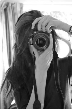 Is the designated photographer among her group of friends photography of women, learn photography, Tumblr Photography, Photography Camera, Girl Photography Poses, Creative Photography, Learn Photography, Girl Photo Poses, Girls With Cameras, Foto Casual, Camera Hacks
