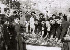 En 1957 millones de anchoas y pequeñas sardinas invadieron la playa de Ereaga, huyendo de otras especies.  Más de 50 embarcaciones se dedicaron a la recogida. (ref. SN02827)