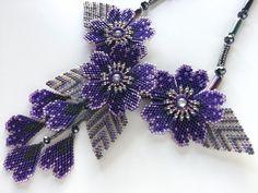 ブルーバイオレットのキラキラお花ビーズネックレス Seed Bead Jewelry, Bead Jewellery, Seed Beads, Beaded Jewelry Patterns, Beading Patterns, Hand Embroidery Designs, Beaded Embroidery, Bead Sewing, Beads And Wire