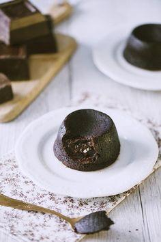 Ogni volta questo delicato dessert è un'irresistibile sorpresa... scopri la mia ricetta del tortino al cioccolato con cuore fondente, conquisterà anche te!