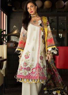 Noor by Saadia Asad Lawn 2019 Online Pakistani Fashion Casual, Pakistani Dresses Casual, Pakistani Dress Design, Stylish Dress Designs, Stylish Dresses For Girls, Simple Dresses, Sleeves Designs For Dresses, Kurti Designs Party Wear, Stylish Sarees