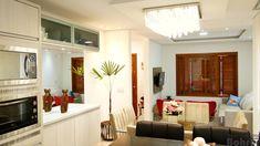 Cozinha em MDF madeirado Palissandro Ártico com perfil puxador de alumínio tendo lustre Plafom 50x27cm.