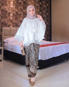 """ayu indriati 🌸 di Instagram """"Weekend = Kondangan Time 💎✨ . . Super happy dapet 1 set Kondangan Outfit yang super cantik dari @kebaya.organza 😍❤️ Bakal jadi outfit…"""" Kebaya Modern Hijab, Kebaya Muslim, Muslim Dress, Kebaya Lace, Kebaya Dress, Batik Fashion, Hijab Fashion, Fashion Outfits, Kebaya Simple"""