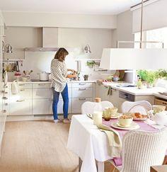 Cocina con office y amplio espacio de almacenaje para tener todo en orden