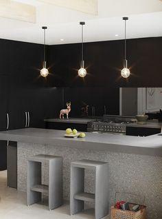 Azulejos barra - tile work on island Interior Design Kitchen, Kitchen Decor, Black And Grey Kitchen, Room Deco, Style Deco, Loft, Beautiful Kitchens, Decoration, Interior Inspiration