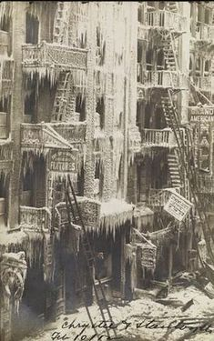 HOT CITY ICE: Chrystie and Stanton Streets, Lower East Side, Photo by Eugene Wemlinger. Photo from the Museum of the City of New York. Vintage Pictures, Old Pictures, Old Photos, Lower East Side, New York Pictures, Vintage New York, History Photos, Asian History, History Facts