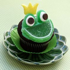 Prince Naveen Frog Face Cupcakes & other Disney cupcakes Disney Cupcakes, Frog Cupcakes, Cupcake Cookies, Animal Cupcakes, Cake Pops, Cupcakes Princesas, Cupcakes Lindos, Yummy Treats, Sweet Treats