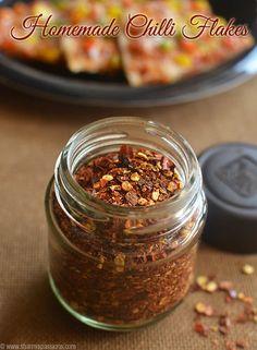 Homemade Chilli Flakes - How to make chilli flakes at home - Sharmis Passions - Homemade Chilli Flakes Recipe - Homemade Chilli Recipe, Beef Chili Recipe, Chilli Recipes, Dip Recipes, Indian Food Recipes, Favorite Chili Recipe, Favorite Recipes, How To Make Chilli, Flake Recipes