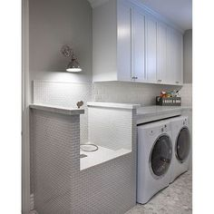 Pet owners!!! Don't you love this washing station in this laundry room designed by @agk_designstudio?! So smart.