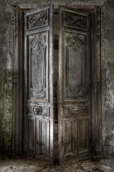Door in an abandoned chateau