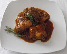 Un guiso de conejo con un adobo de pimentón preparado en la misma  salsa del adobo. La carne es baja en colesterol .