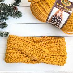 Modern Twist Bulky Crochet Headband Free Crochet Pattern Crochet Twist, Chunky Crochet, Chunky Yarn, Crochet Yarn, Crochet Beanie, Chrochet, Crochet Gifts, Crochet Stitches, Crochet Ear Warmer Pattern