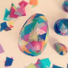 Uitgeblazen eieren versieren met stof of papier