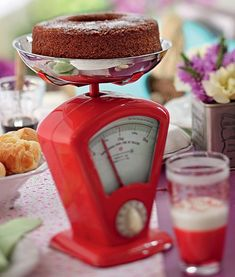 A receita pode ser básica, mas ganha pontos extras com essa apresentação original: uma balança de cozinha substitui o tradicional prato com pé. Sem contar que os mais metódicos podem cortar sua fatia de bolo exatamento do tamanho desejado